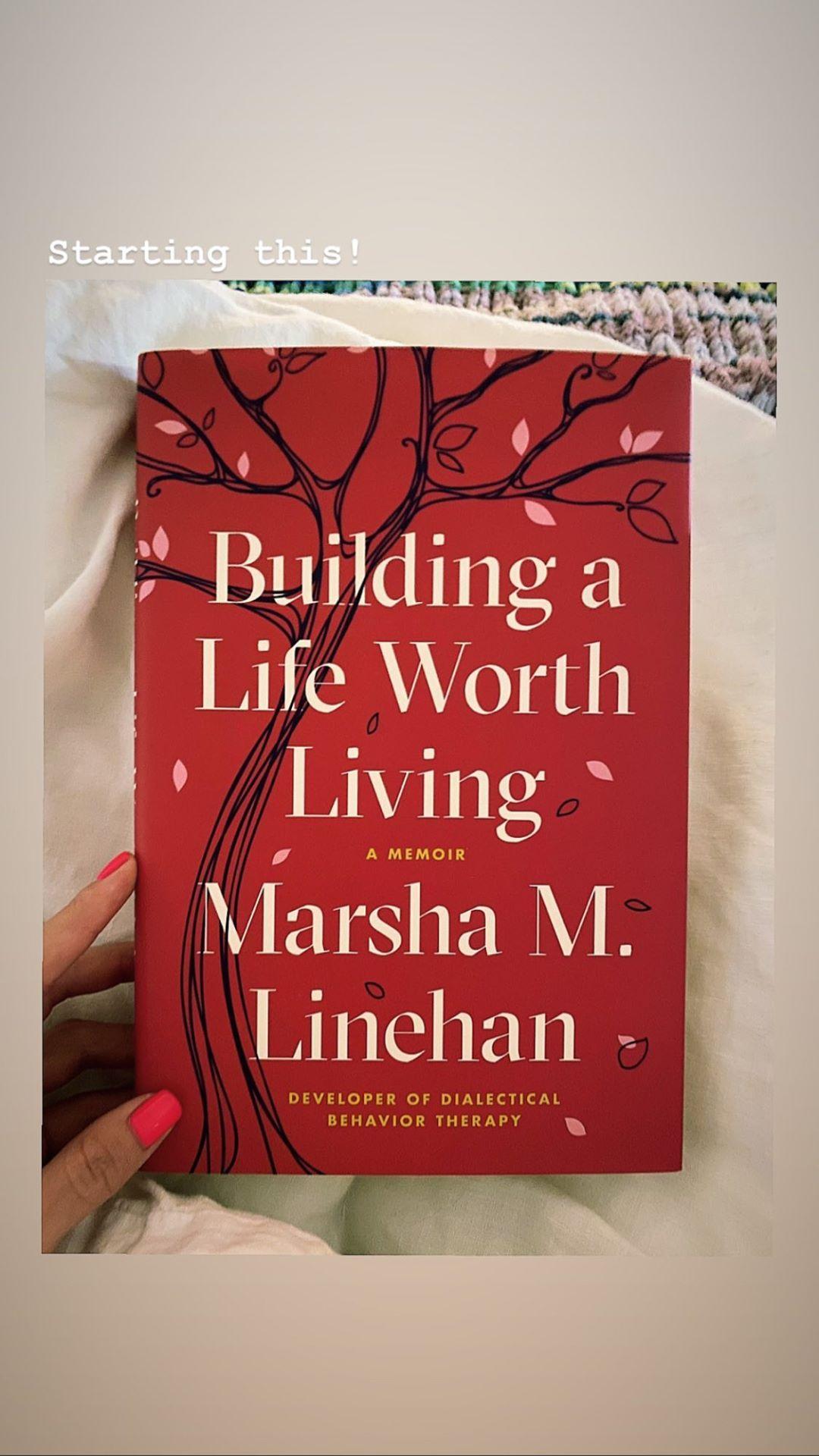 سلنا کتاب Building a Life Worth Living را معرفی کرد