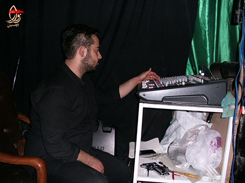 تنظیم سیستم صوتی توسط محمدحسن بهشتیان در مراسم احیاء هیئت زوارالحسین