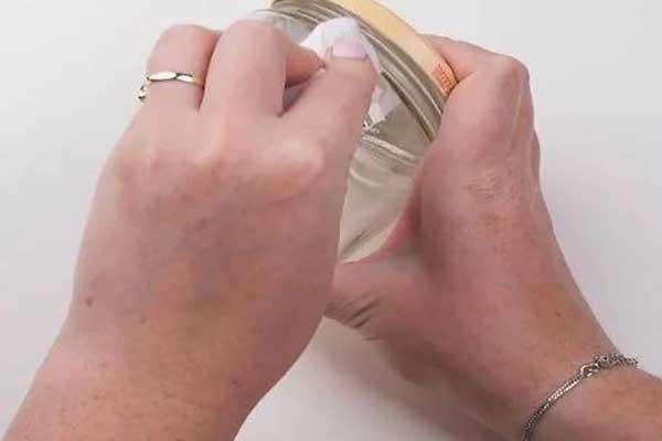 چگونه برچسب ها را از روی شیشه و ظروف شیشه ای پاک کنیم ؟