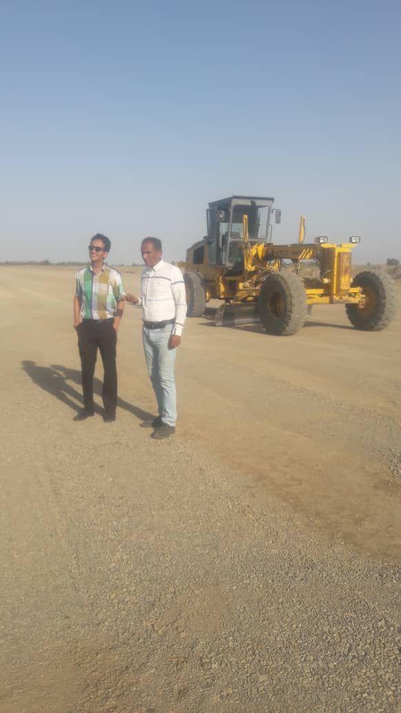 بازدید بخشدارچاه دادخدا از روند اماده سازی باند فرودگاه جهت مبازره با افت ملخ صحرایی