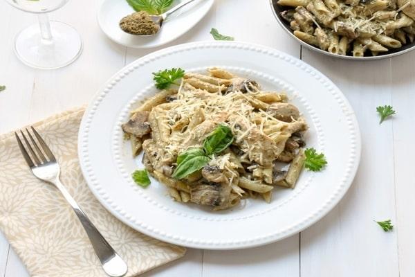طرز تهیه پاستا پنه آلفردو با مرغ و قارچ